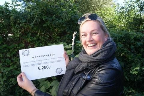 Geertje veldhuis in 2013 waar zij een cheque in ontvangst neemt voor het Voedselbank inzamelpunt Zuidhorn, ook de aanleiding om een raadsvergadering te bezoeken