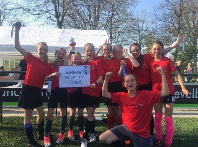 Basisschool de Vlieger uit Noordhorn winnaar Fairplay-cup Schoolvoetbaltoernooi