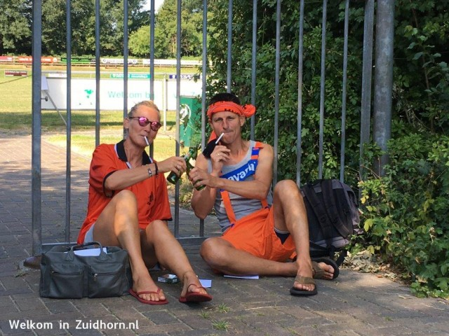 Bierdrinkers en wildkampeerders in park