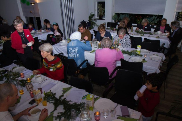 Tafels van hoop: 75 inwoners van Zuidhorn, eten, musiceren en dansen samen