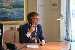 Burgemeester ard van der tuuk aan de telefoon