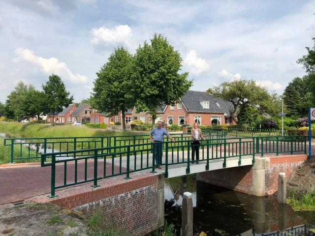 Menno kuiper en geertje dijkstra-jacobi op gerenoveerde vaste brug zevenhuizen