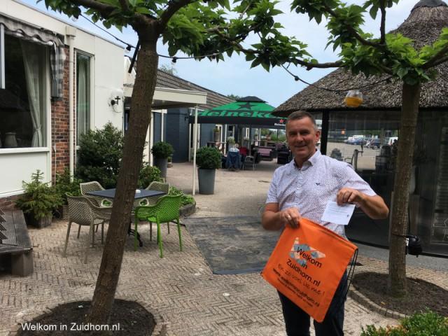 Bert Balk maakt bewoners Oostergast blij met diner