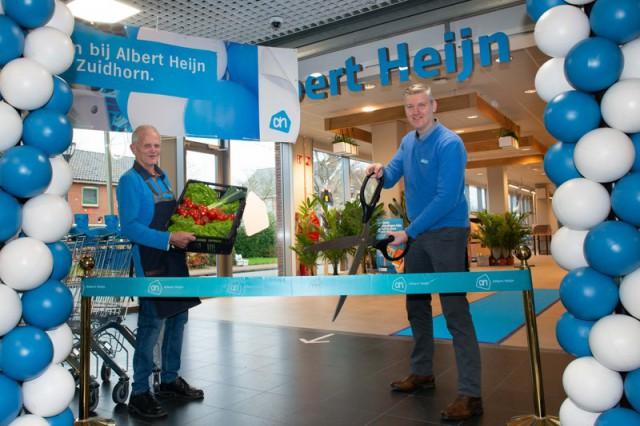 Opening albert heijn zuidhorn, v.l.n.r. groenteman louis klaver, supermarktmanager eric smit. foto - albert heijn yasmin hargreaves