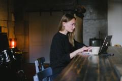 Vrouw-laptop